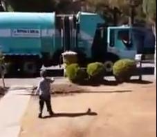 Il netturbino regala camion giocattolo al bambino autistico