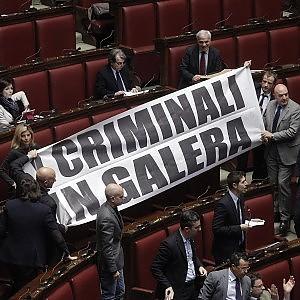 """Dl carceri: ok Camera, passa a Senato. Striscione Lega: """"Criminali in galera"""""""