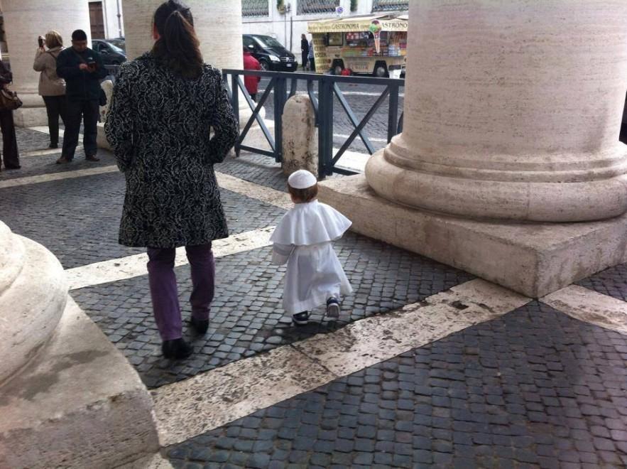 Carnevale: bambino vestito da Papa a piazza San Pietro