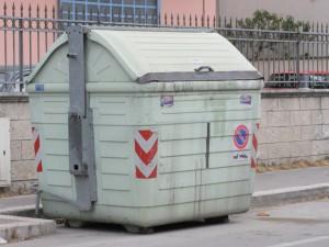 Verona, senzatetto trovato morto nel cassonetto: soffocato dai cartoni