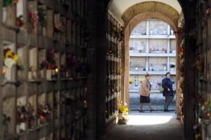Si ruba nei cimiteri: lapidi in marmo, tettoie in rame e anche i fiori