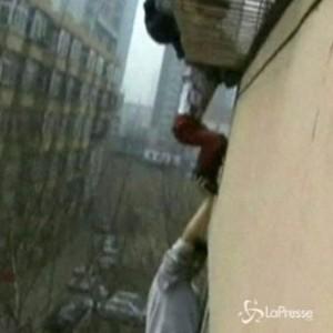 Bimbo di 6 anni incastrato nelle grate della finestra del quinto piano