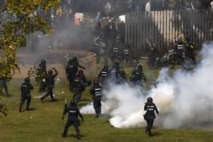Scontri tra polizia e dimostranti contro governo