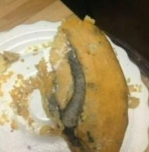 Compie 96 anni e trova una coda di topo nella torta
