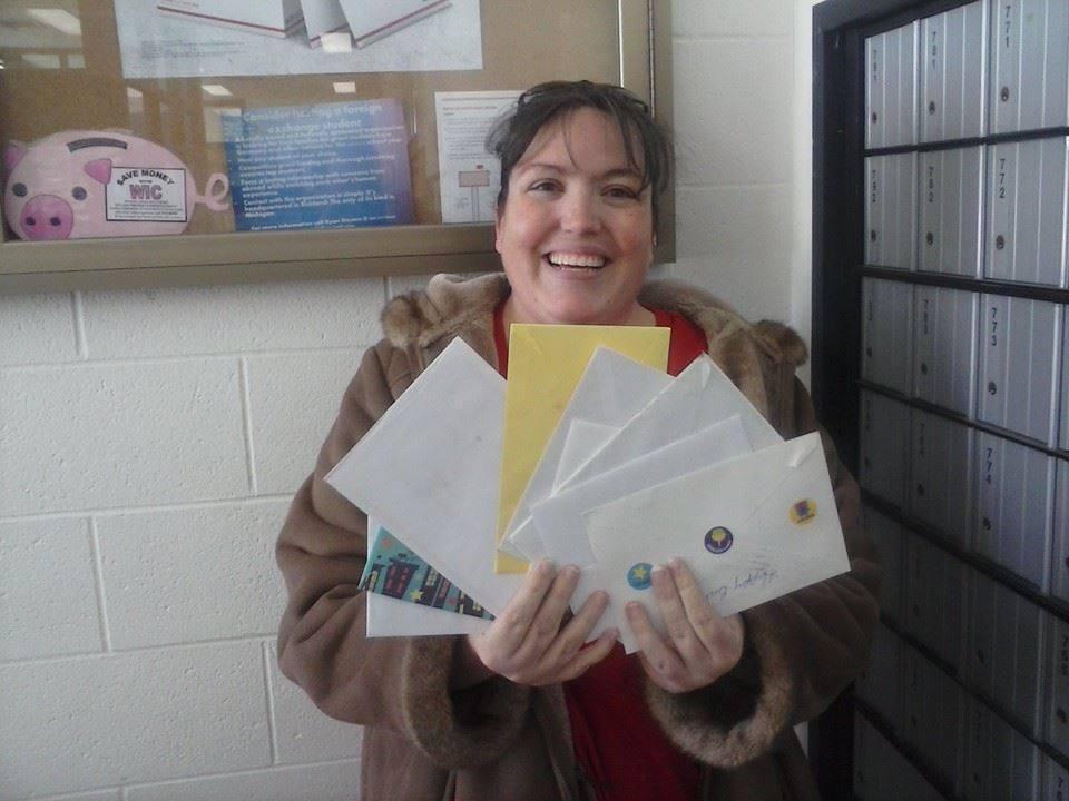 La mamma di Colin con alcune lettere ricevute per Colin