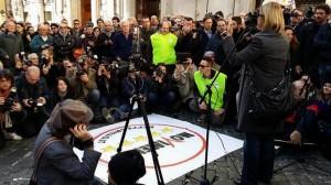 M5s in piazza fa le contro-consultazioni: fischi al Colle, pernacchie a Renzi