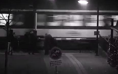 Passa sotto al passaggio a livello: il treno la liscia per un pelo