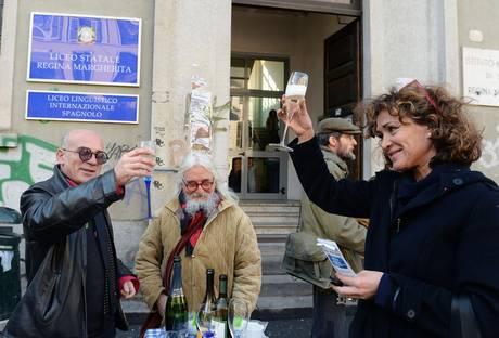 Etilometro per prof al liceo Regina Margherita di Torino: protesta con brindisi