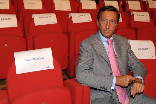 Gianfranco Fini seduto...infatti qui non sta  lavorando (foto Lapresse)