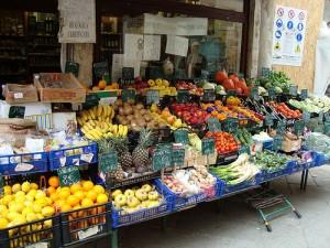 Frutta in strada no, perché? Mani sporche, batteri, piombo: rischi infezioni e..