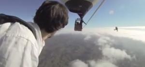 Funamboli camminano a 3mila metri sul cavo che unisce 2 mongolfiere