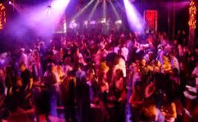 Treviso, la mamma flirta in discoteca: i figli la scoprono e scoppia la rissa