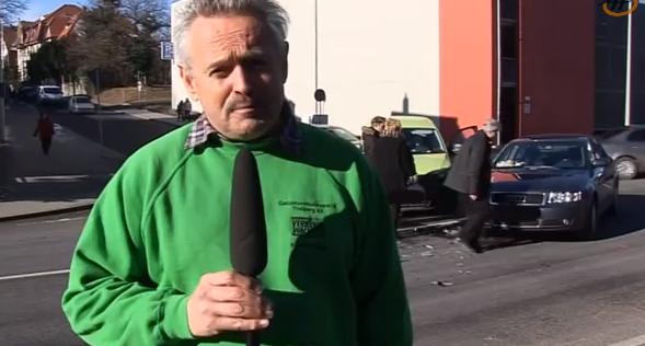 Il reporter parla di sicurezza stradale: dietro di lui due auto si scontrano