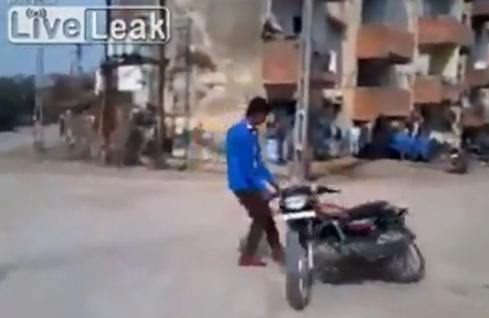 India, provoca le mucche ed è costretto a scappare con al moto