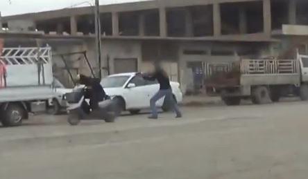 Iraq, spara al motociclista e ruba lo scooter (video)