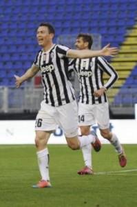 Stephan Lichtsteiner in gol nel derby d'Italia (LaPresse)