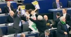 """Napolitano: """"Basta austerità"""". I Leghisti lo contestano a Strasburgo"""