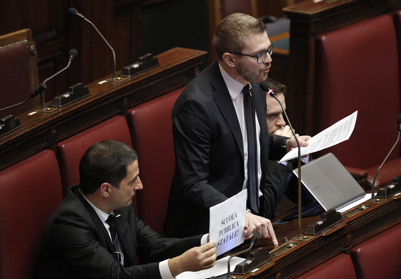 """M5S """"contro ipnosi-Renzi"""" schioccano le dita. Renzi: voi come la famiglia Addams"""