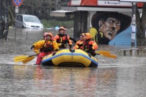 O incapaci o corrotti o tutt'e due: alluvione a Roma, frane in Liguria