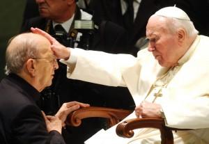 Marcial Maciel, fondatore dei Legionari di Cristo, con Papa Wojtyla (LaPresse)