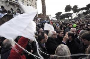 """Marco Pannella contestato dagli antiproibizionisti: """"Vattene, venduto"""""""