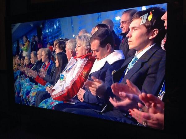 Medvedev, pennichella durante la cerimonia di inagurazione a Sochi