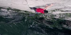 La scalata in solitaria di free climbing a picco sul vuoto
