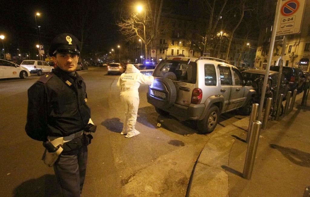I rilievi della polizia in strada (Foto Ansa)