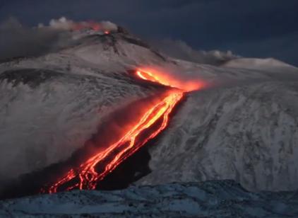 Etna, il rosso fuoco della lava incandescente sulla neve