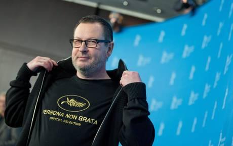 """Lars Von Trier presenta Nymphomaniac con maglietta """"persona non grata"""