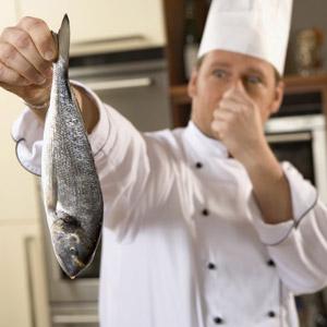 Milano, 40 tonnellate di pesce scaduto da anni: 1 su 5 rischiava di mangiarli