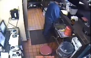 Fa la pipì nel lavandino di Pizza Hut: dipendente licenziato, ristorante chiuso