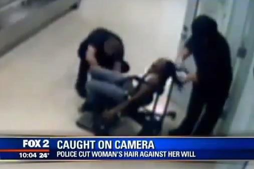 Poliziotta brutalizza una donna e le taglia i capelli, video diventa virale