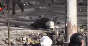 Poliziotto colpito da pietra lanciata da manifestante