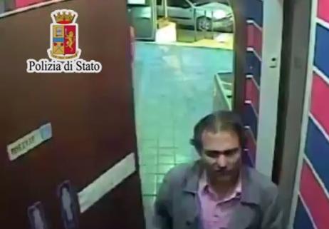 Rapinano automobilista e vanno al bar a bere un caffè