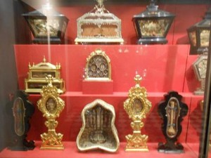 Cividale (Udine): buttano armadio, 13 reliquie in discarica