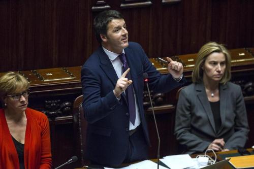 Matteo Renzi alla Camera tra le ministre Pinotti e Mogherini (Lapresse)