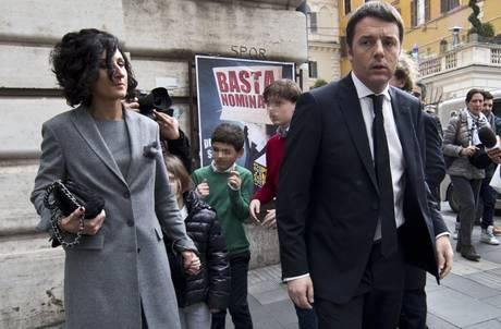 Governo: Renzi esce da albergo con famiglia, diretto al Colle