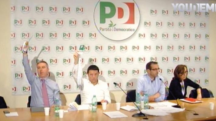 Matteo Renzi vota per sé stesso durante la direzione del Pd