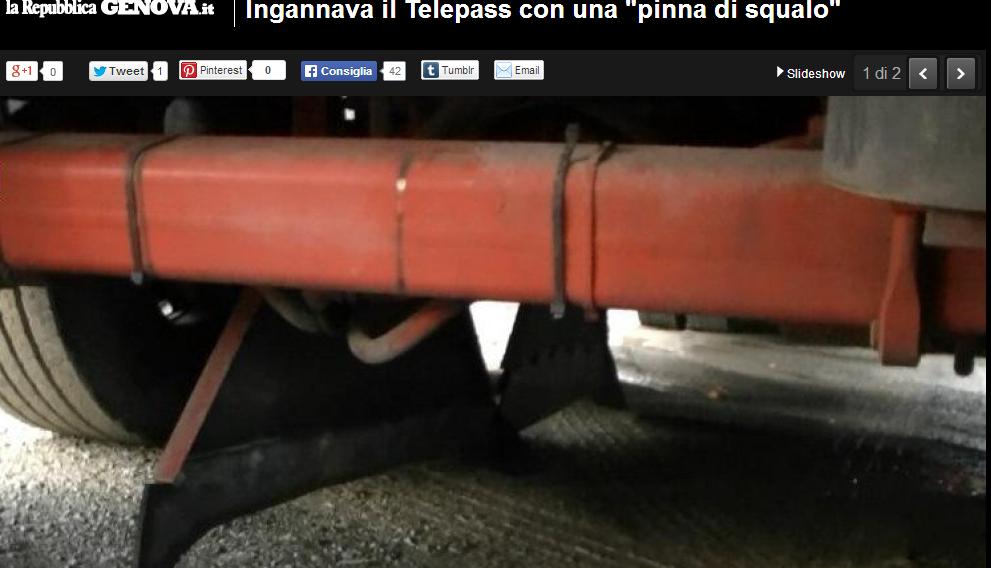 """Genova, inganna il Telepass con """"pinna"""" di squalo di plastica"""