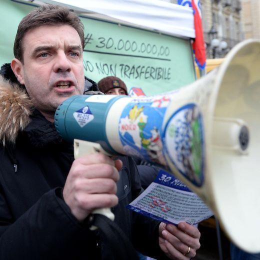 Piemonte, consiglieri regionali indagati e quasi sciolti si approvano pensione