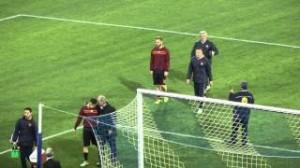 Roma, De Rossi bacia la maglia in risposta a fischi e insulti napoletani (video)