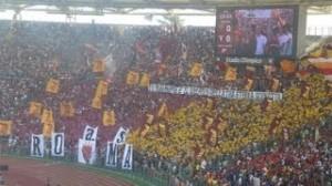 Roma-Parma, tuffo dei calciatori sotto la Curva Sud (video)