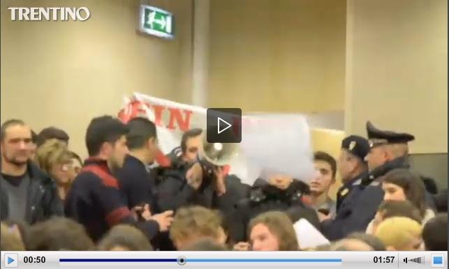 Trento, No Tav contestano Romano Prodi (video)