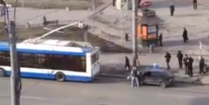 Russia, lega l'auto rotta all'autobus e tampona una vettura in sosta