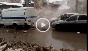Gru demolisce palazzo: le macerie finiscono in strada sulle auto