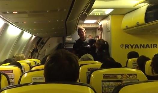 passeggeri del volo Ryanair tenuti sull'aereo per ore senza acqua né cibo
