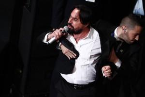 Sanremo, in scena la finta contestazione: è un flashmob musicale