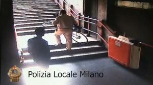 Milano, borseggiatori in azione nella metro