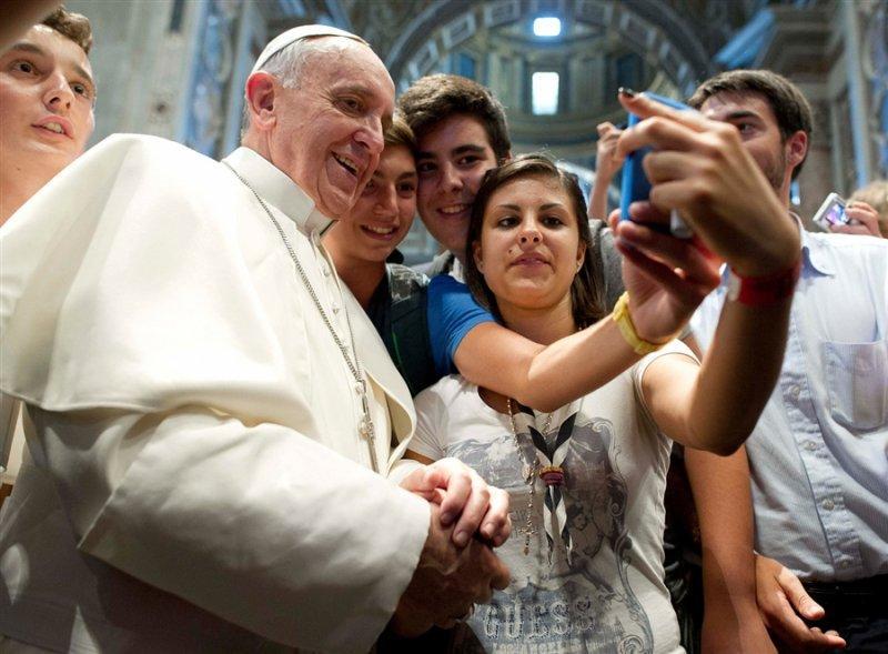 Uno dei selfie più famosi del 2013: quello di alcuni ragazzi con papa Francesco